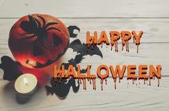 Texto asustadizo del feliz Halloween, ingenio fantasmagórico oscuro de la calabaza de la linterna del enchufe Foto de archivo libre de regalías