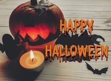 Texto asustadizo del feliz Halloween ingenio fantasmagórico oscuro de la calabaza de la linterna del enchufe Foto de archivo libre de regalías
