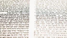 Texto bíblico hebreo con el foco selectivo foto de archivo