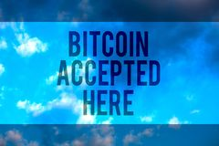 Texto Bitcoin da escrita aceitado aqui O conceito que significa o pode comprar coisas através do texto Multiline de Cryptocurrenc foto de stock