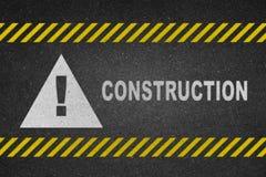 Texto blanco de la construcción en el camino Imagenes de archivo