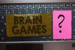 Texto Brain Games da escrita da palavra Conceito do negócio para que a tática psicológica manipule ou intimidem com cartão oponen foto de stock