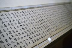 Texto caligráfico antigo chinês no rolo, caligrafia chinesa fotos de stock