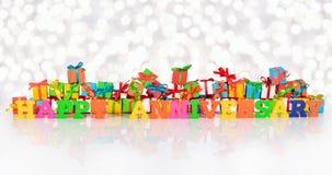 Texto colorido del aniversario feliz en el fondo de regalos Foto de archivo libre de regalías