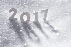 Texto 2017 con las letras blancas en nieve, copos de nieve Foto de archivo libre de regalías