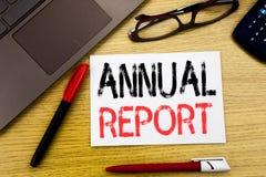 Texto conceptual da escrita da mão que mostra o informe anual Conceito do negócio para analisar o desempenho escrito no papel, ba Imagens de Stock Royalty Free