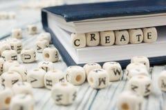 Texto CREATE en los cubos de madera ABC de madera Fotos de archivo