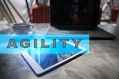 Texto da agilidade na tela virtual Tecnologia do negócio e conceito do Internet foto de stock