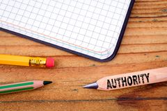 Texto da autoridade no lápis Conceito do sucesso de negócio imagens de stock