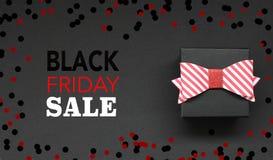Texto da caixa de presente e do Black Friday com com confetes ilustração royalty free