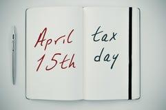 Texto día del impuesto del 15 de abril en una libreta Fotografía de archivo