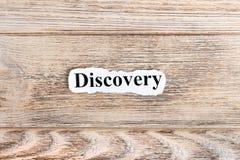 Texto da descoberta no papel Descoberta da palavra no papel rasgado Imagem do conceito fotos de stock