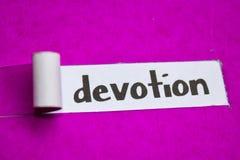 Texto da devoção, conceito da inspiração, da motivação e do negócio no papel rasgado roxo fotos de stock royalty free