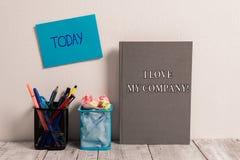 Texto da escrita mim Amor Meu Empresa O significado do conceito diz por que admirar seu cartão pegajoso vazio do trabalho e do lo imagem de stock