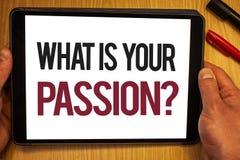 Texto da escrita o que é sua pergunta da paixão Significado do conceito que pergunta alguém sobre seus sonhos e posse da mão das  fotografia de stock royalty free