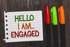 Texto da escrita olá! eu sou acoplado Significado do conceito deu o anel que nós estamos indo se casar palavras coloridas do casa fotografia de stock