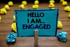 Texto da escrita olá! eu sou acoplado Significado do conceito deu o anel que nós estamos indo se casar a plataforma de madeira ob imagens de stock
