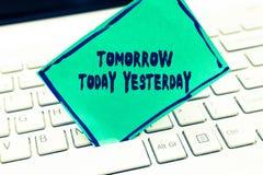 Texto da escrita da palavra amanhã hoje ontem O conceito do negócio para advérbios do tempo diz-nos quando uma coisa aconteceu foto de stock
