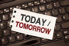 Texto da escrita da palavra hoje amanhã Conceito do negócio para o que estão acontecendo agora e o que o futuro trará foto de stock