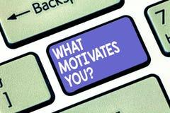 Texto da escrita da palavra o que motiva Youquestion Conceito do negócio para pedir a razão que o faz fazer o que você faz imagens de stock
