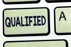 Texto da escrita da palavra qualificado Conceito do negócio para que treinado oficialmente execute um trabalho particular certifi fotografia de stock royalty free