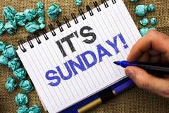 Texto da escrita da palavra sua chamada de domingo O conceito do negócio para Relax aprecia o relaxamento livre do dia de resto d foto de stock