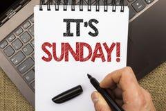 Texto da escrita da palavra sua chamada de domingo O conceito do negócio para Relax aprecia o relaxamento livre do dia de resto d fotografia de stock