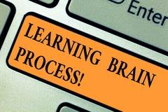 Texto da escrita que aprende Brain Process Conceito que significa adquirindo a chave de teclado existente nova ou alterando do co imagem de stock