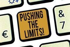 Texto da escrita que empurra os limites Limites do teste de significado do conceito de que seguro ou aceitável no teclado da situ fotografia de stock