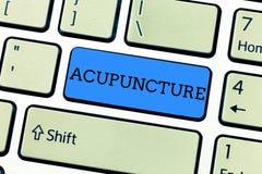 Texto da escrita que escreve a acupuntura Conceito que significa o tratamento alternativo da terapia para a dor e a doença usando fotografia de stock royalty free
