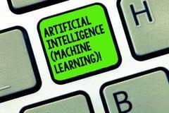 Texto da escrita que escreve a aprendizagem de máquina da inteligência artificial Os robôs os mais atrasados da tecnologia do sig imagem de stock royalty free