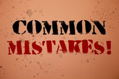 Texto da escrita que escreve a erros comuns a chamada inspirador O conceito que significa o lote dos povos faz a mesma ação no ba Imagens de Stock