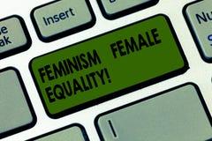 Texto da escrita que escreve a feminismo a igualdade fêmea O conceito que significa a defesa das mulheres s é direitos na igualda imagem de stock royalty free