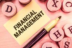 Texto da escrita que escreve a gestão financeira Significado do conceito eficiente e modo eficaz controlar o dinheiro e os fundos imagens de stock