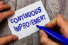 Texto da escrita que escreve o aprimoramento contínuo O conceito que significa esforço em curso para avançar nunca o término muda imagens de stock
