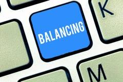 Texto da escrita que escreve o equilíbrio O significado do conceito pôs algo em uma posição constante de modo que não caísse tecl imagens de stock
