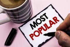 Texto da escrita que escreve o mais popular Produto do bestseller da avaliação da parte superior do significado do conceito ou ar fotos de stock
