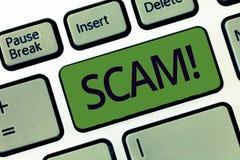 Texto da escrita que escreve Scam Conceito que significa a fraude desonesta do esquema que rouba alguém dinheiro ou informações fotos de stock