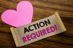 Texto da escrita que mostra a ação exigida Conceito do negócio para urgente imediato escrito no papel de nota pegajoso, fundo de  Fotografia de Stock