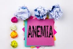 Texto da escrita que mostra a anemia escrita na nota pegajosa no escritório com as bolas do papel do parafuso Conceito do negócio imagem de stock royalty free