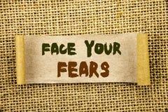 Texto da escrita que mostra a cara seus medos Bravura corajoso apresentando da confiança de Fourage do medo do desafio da foto do imagens de stock royalty free