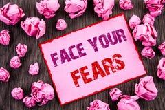 Texto da escrita que mostra a cara seus medos Bravura corajoso apresentando da confiança de Fourage do medo do desafio da foto do imagem de stock