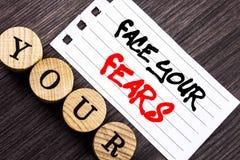 Texto da escrita que mostra a cara seus medos Bravura corajoso apresentando da confiança de Fourage do medo do desafio da foto do fotografia de stock