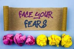 Texto da escrita que mostra a cara seus medos Bravura corajoso da confiança de Fourage do medo do desafio do significado do conce fotografia de stock royalty free
