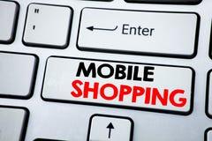 Texto da escrita que mostra a compra móvel Conceito do negócio para a ordem em linha do telefone celular escrita na chave de tecl Fotografia de Stock