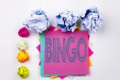 Texto da escrita que mostra o Bingo escrito na nota pegajosa no escritório com as bolas do papel do parafuso Conceito do negócio  fotografia de stock royalty free
