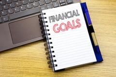 Texto da escrita que mostra objetivos financeiros Conceito do negócio para o plano do dinheiro da renda escrito no livro do cader foto de stock