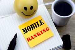Texto da escrita que mostra a operação bancária móvel Conceito do negócio para o papel vazio escrito e-banco da nota pegajosa dos foto de stock