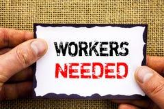 Texto da escrita que mostra os trabalhadores necessários Busca do significado do conceito para o problema de desemprego dos empre foto de stock