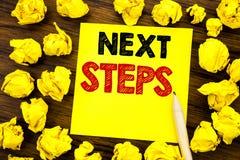 Texto da escrita que mostra passos seguintes Conceito do negócio para Golas futuro e alvo escrito no papel de nota pegajoso, fund Imagem de Stock